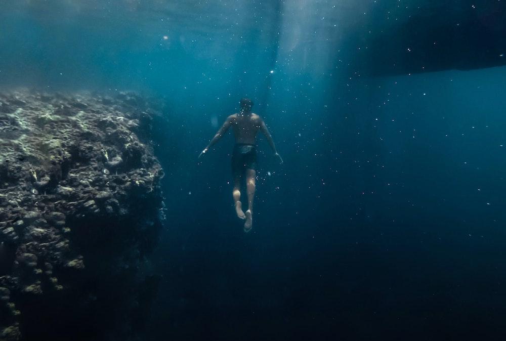 Uomo che fa immersioni - l'altramarea